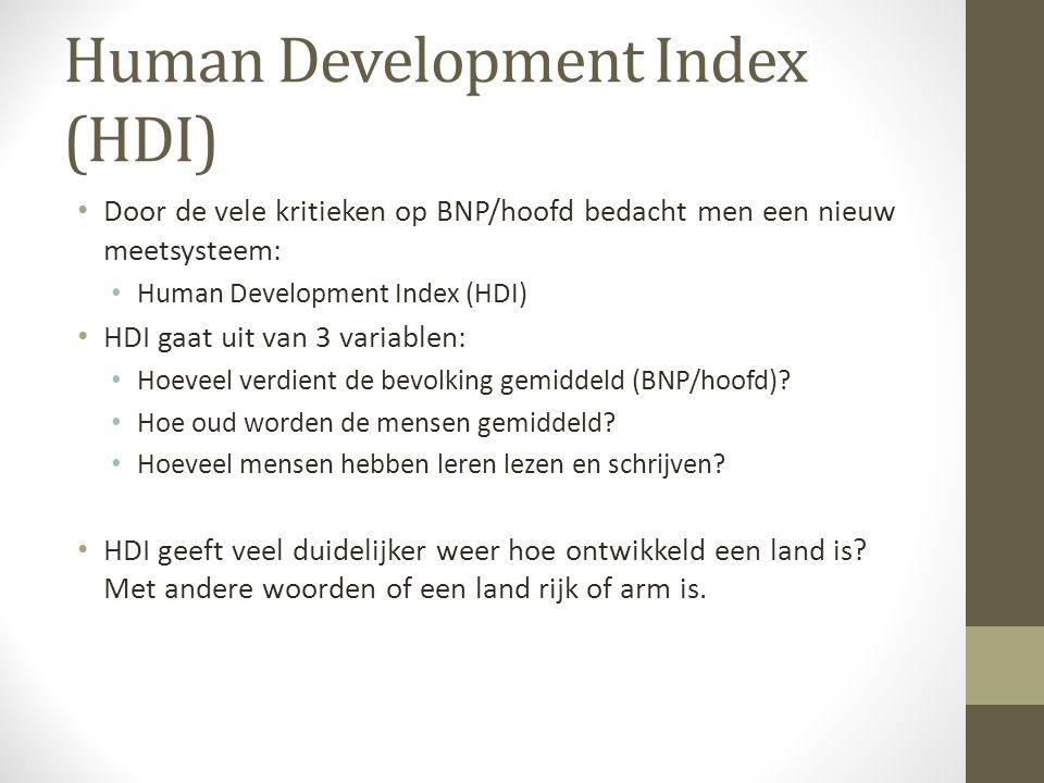 Human Development Index (HDI) Door de vele kritieken op BNP/hoofd bedacht men een nieuw meetsysteem: Human Development Index (HDI) HDI gaat uit van 3 variablen: Hoeveel verdient de bevolking gemiddeld (BNP/hoofd).