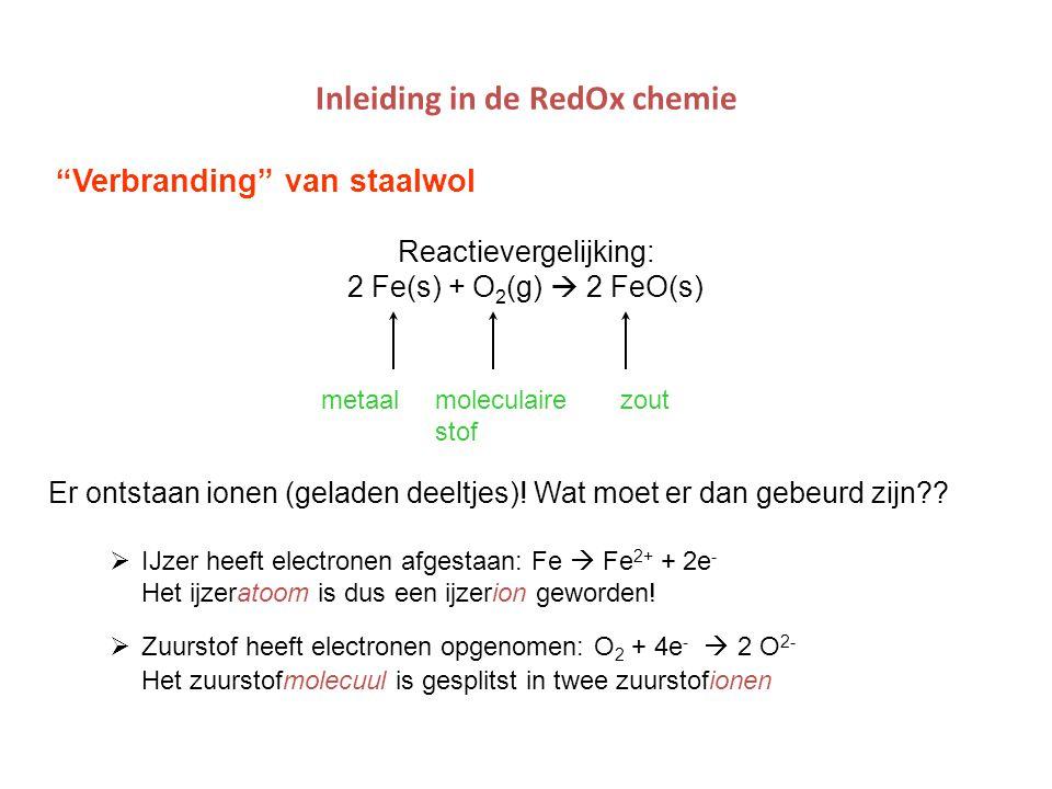 """Inleiding in de RedOx chemie """"Verbranding"""" van staalwol Reactievergelijking: 2 Fe(s) + O 2 (g)  2 FeO(s) metaal moleculaire zout stof Er ontstaan ion"""
