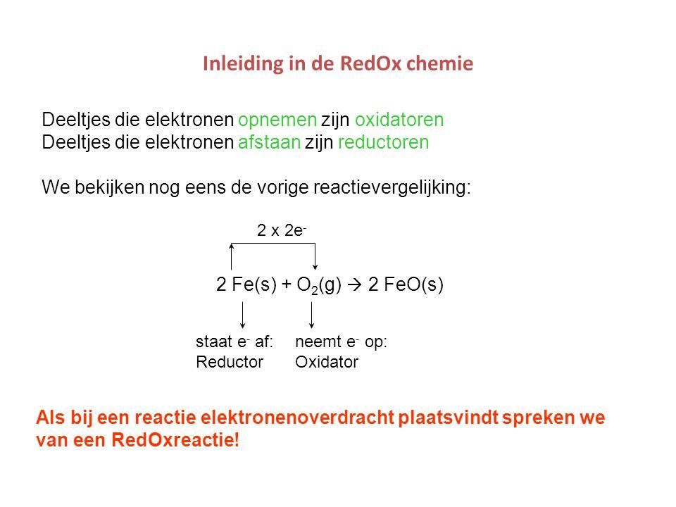 Inleiding in de RedOx chemie 2 Fe(s) + O 2 (g)  2 FeO(s) 2 x 2e - staat e - af:neemt e - op: ReductorOxidator Als bij een reactie elektronenoverdrach