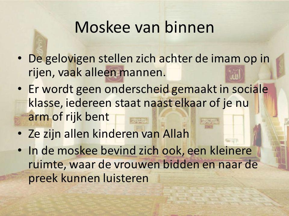 Moskee van binnen De gelovigen stellen zich achter de imam op in rijen, vaak alleen mannen. Er wordt geen onderscheid gemaakt in sociale klasse, ieder
