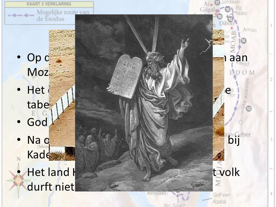 Tussenperiode Op de Horeb geeft God de tien geboden aan Mozes. Het eerste heiligdom wordt gebouwd: de tabernakel. God woont nu zichtbaar bij zijn volk