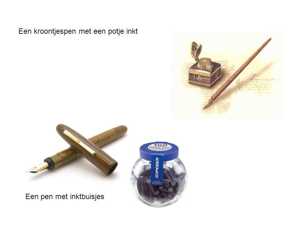 Een kroontjespen met een potje inkt Een pen met inktbuisjes