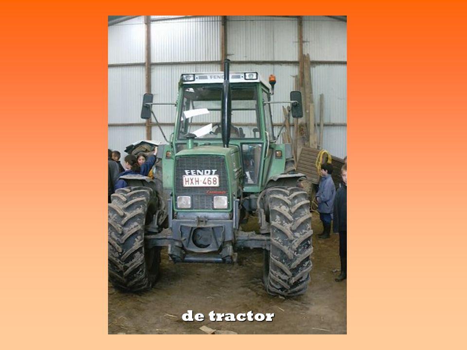 in de wagenloods de tractor de ploeg Wat een wielen ! ! !