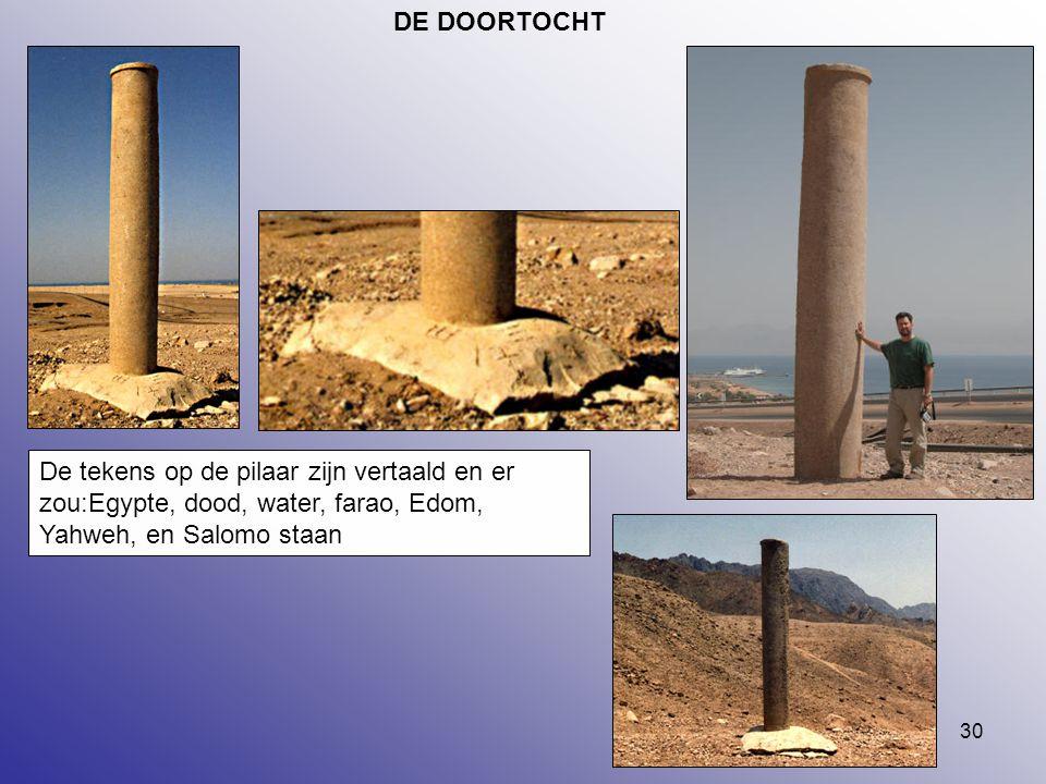 30 DE DOORTOCHT De tekens op de pilaar zijn vertaald en er zou:Egypte, dood, water, farao, Edom, Yahweh, en Salomo staan