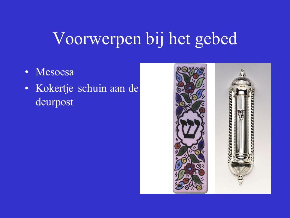 Voorwerpen bij het gebed Mesoesa Kokertje schuin aan de deurpost