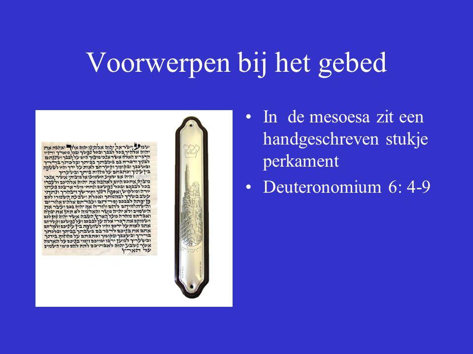 Voorwerpen bij het gebed In de mesoesa zit een handgeschreven stukje perkament Deuteronomium 6: 4-9
