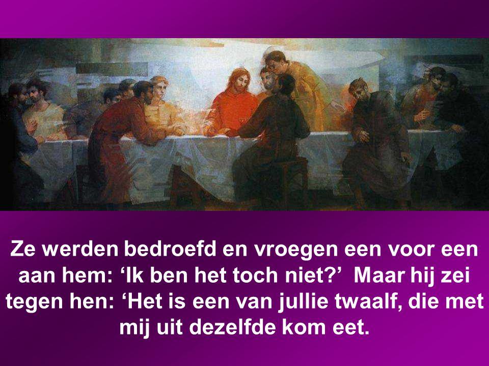 Toen de avond was gevallen, kwam hij met de twaalf. Terwijl ze aanlagen voor de maaltijd, zei Jezus: 'Ik verzeker jullie: een van jullie, die met mij