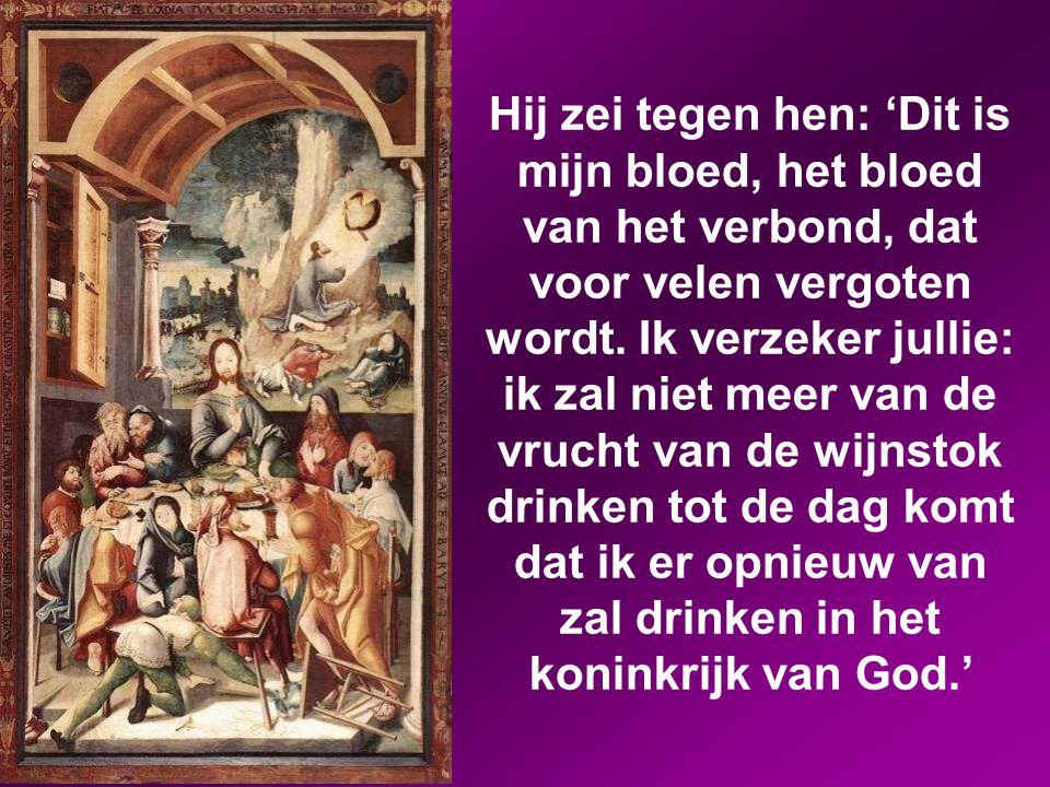 En hij nam een beker, sprak het dankgebed uit en gaf hun de beker, en allen dronken eruit.