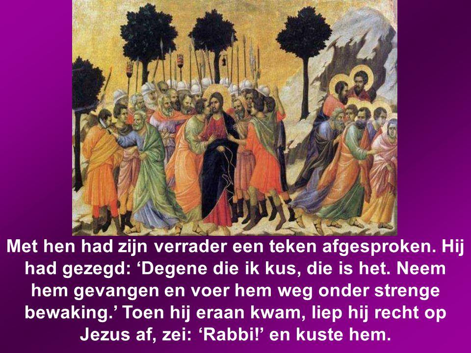 Nog voor hij uitgesproken was, kwam Judas eraan, een van de twaalf, in gezelschap van een met zwaarden en knuppels bewapende bende, die door de hogepr