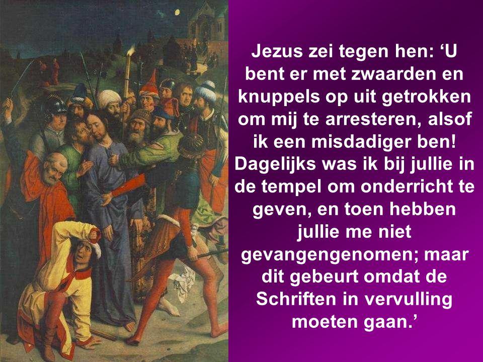 Ze grepen hem vast en namen hem gevangen. Een van de omstanders trok een zwaard, ging de dienaar van de hogepriester te lijf en sloeg hem een oor af.