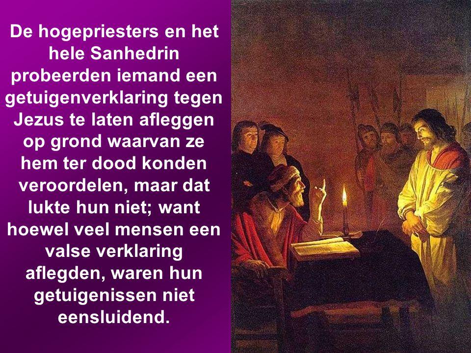 Jezus werd meegevoerd naar het huis van de hogepriester om te worden voorgeleid, en alle hogepriesters, oudsten en schriftgeleerden kwamen daar bijeen