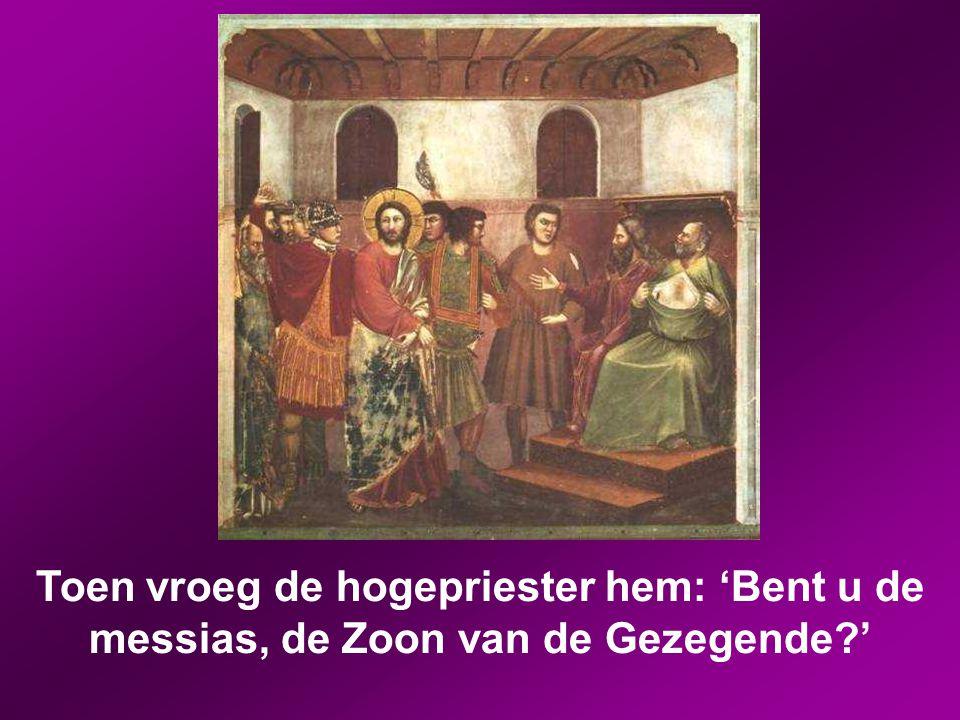 De hogepriester stond op en vroeg Jezus: 'Waarom antwoordt u niet? U hoort toch wat deze getuigen zeggen?' Maar hij bleef zwijgen en antwoordde niet.