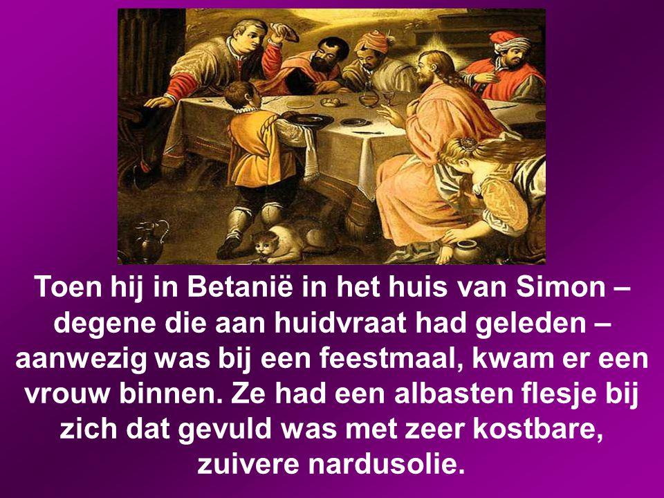 Toen hij in Betanië in het huis van Simon – degene die aan huidvraat had geleden – aanwezig was bij een feestmaal, kwam er een vrouw binnen.