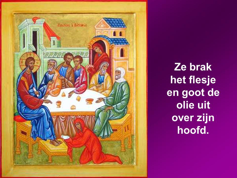 Toen hij in Betanië in het huis van Simon – degene die aan huidvraat had geleden – aanwezig was bij een feestmaal, kwam er een vrouw binnen. Ze had ee
