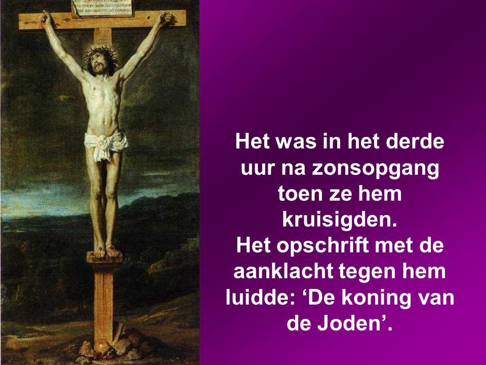 Ze kruisigden hem en verdeelden zijn kleren onder elkaar; ze dobbelden erom wie wat zou krijgen.
