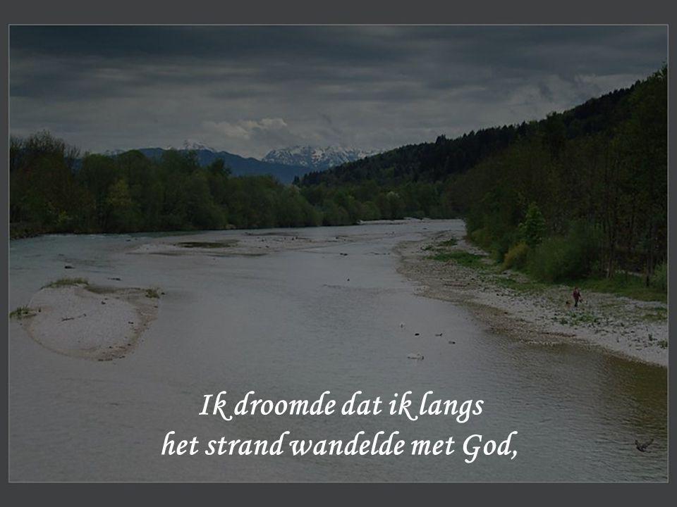 Ik droomde dat ik langs het strand wandelde met God,