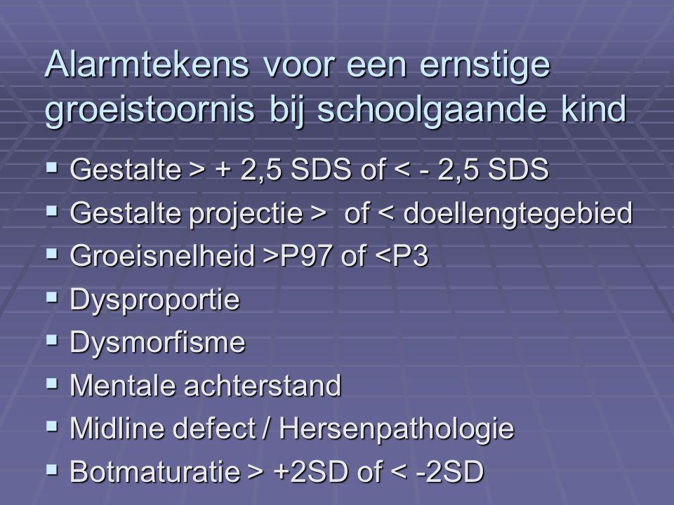 Alarmtekens voor een ernstige groeistoornis bij schoolgaande kind  Gestalte > + 2,5 SDS of + 2,5 SDS of < - 2,5 SDS  Gestalte projectie > of of < doellengtegebied  Groeisnelheid >P97 of P97 of <P3  Dysproportie  Dysmorfisme  Mentale achterstand  Midline defect / Hersenpathologie  Botmaturatie > +2SD of +2SD of < -2SD