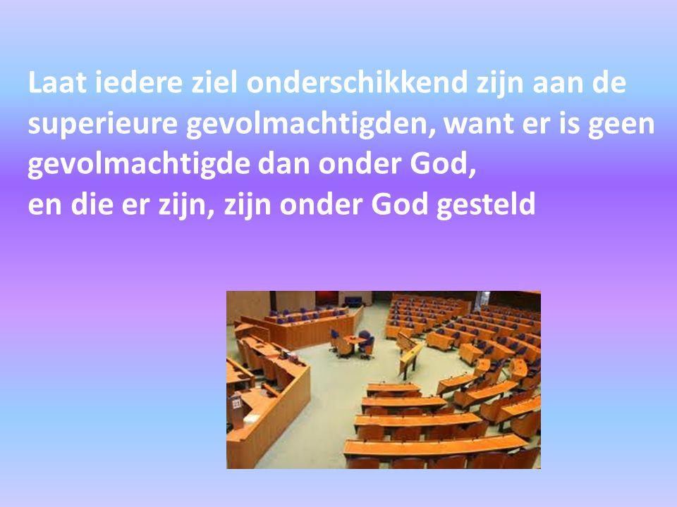 Laat iedere ziel onderschikkend zijn aan de superieure gevolmachtigden, want er is geen gevolmachtigde dan onder God, en die er zijn, zijn onder God g