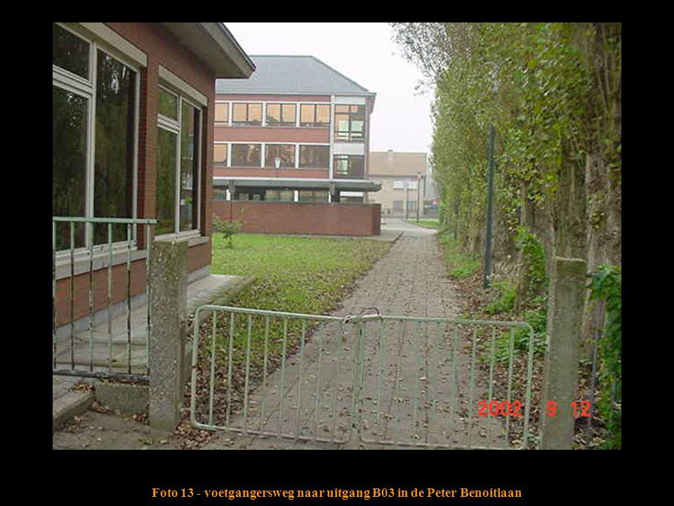 Foto 13 - voetgangersweg naar uitgang B03 in de Peter Benoitlaan