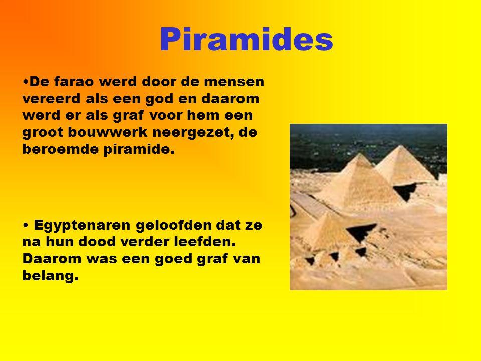 Piramides De farao werd door de mensen vereerd als een god en daarom werd er als graf voor hem een groot bouwwerk neergezet, de beroemde piramide. Egy