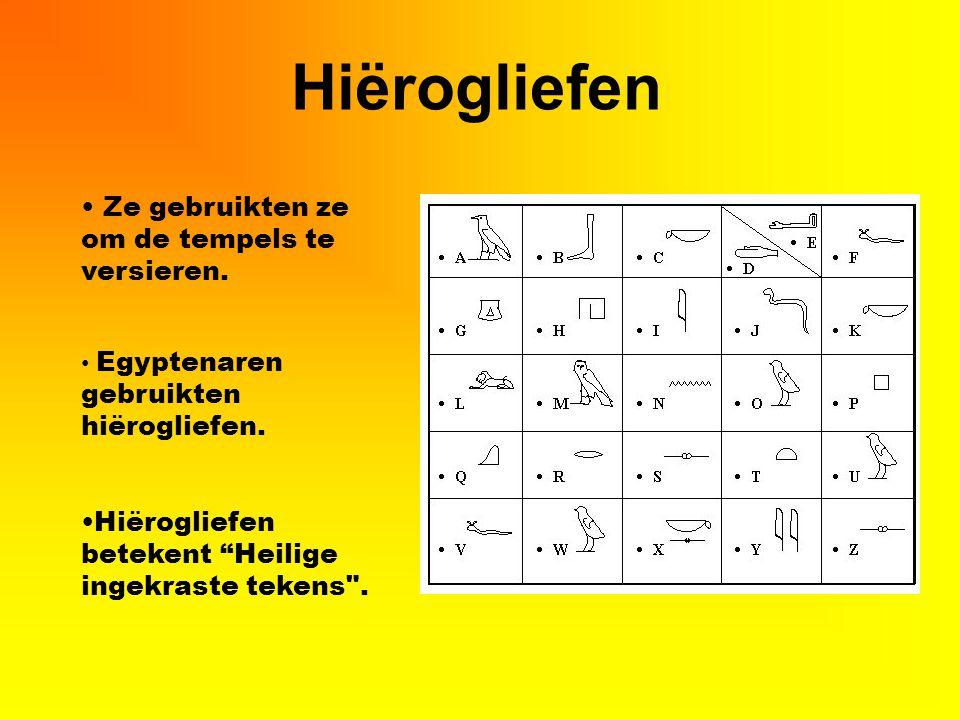"""Hiërogliefen Ze gebruikten ze om de tempels te versieren. Egyptenaren gebruikten hiërogliefen. Hiërogliefen betekent """"Heilige ingekraste tekens"""