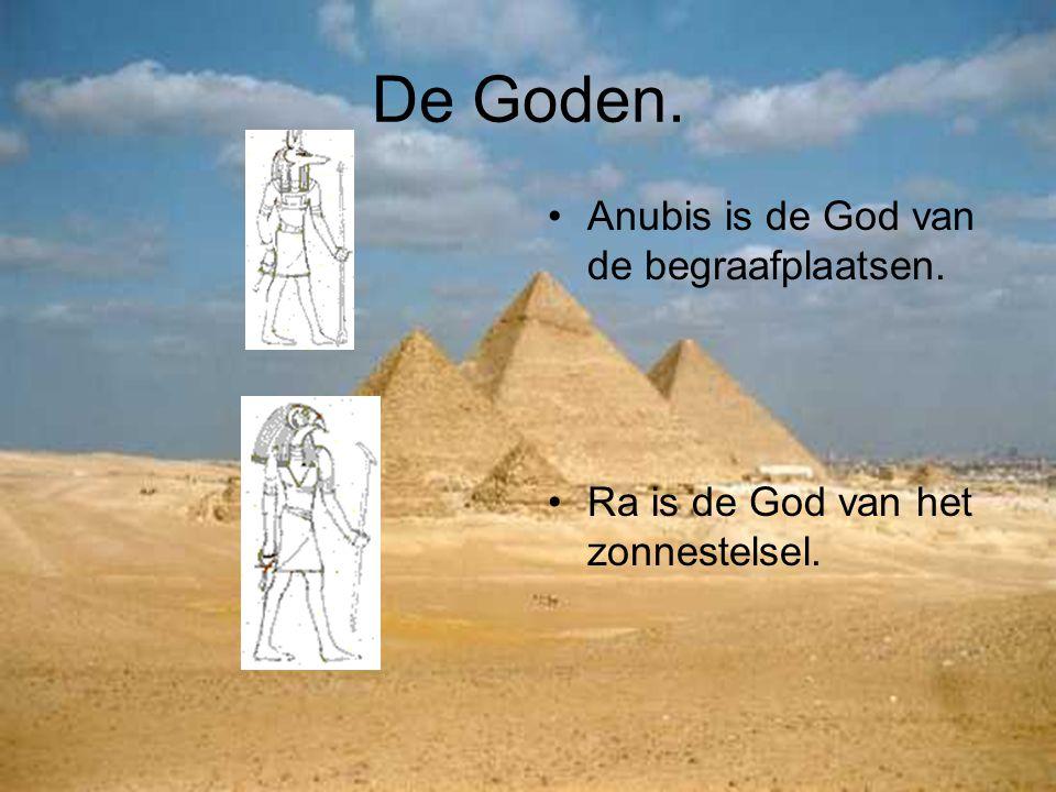 De Goden. Anubis is de God van de begraafplaatsen. Ra is de God van het zonnestelsel.