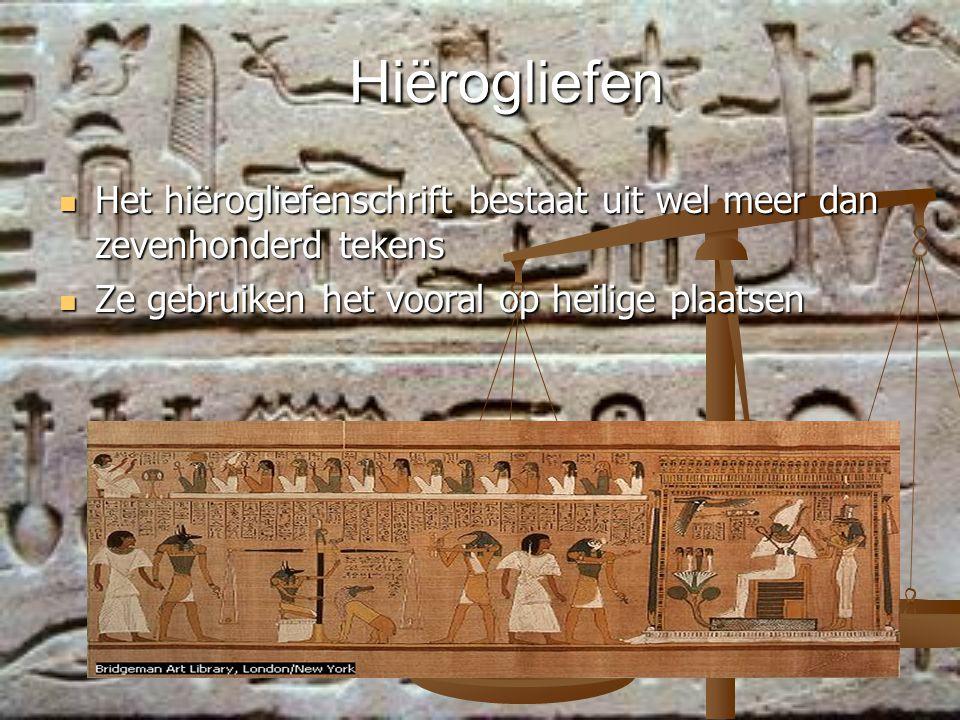 Hiërogliefen Het hiërogliefenschrift bestaat uit wel meer dan zevenhonderd tekens Het hiërogliefenschrift bestaat uit wel meer dan zevenhonderd tekens Ze gebruiken het vooral op heilige plaatsen Ze gebruiken het vooral op heilige plaatsen