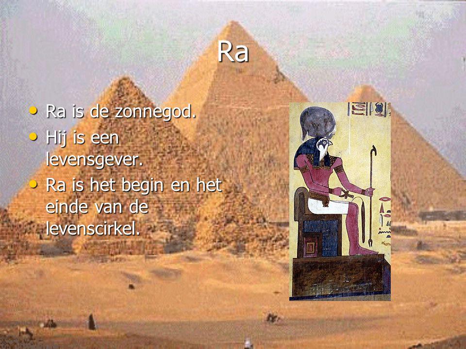 Ra Ra is de zonnegod. Ra is de zonnegod. Hij is een levensgever. Hij is een levensgever. Ra is het begin en het einde van de levenscirkel. Ra is het b