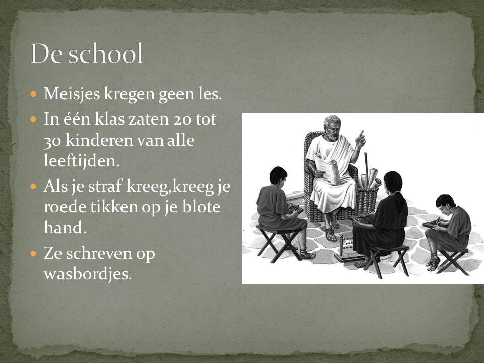 Meisjes kregen geen les.In één klas zaten 20 tot 30 kinderen van alle leeftijden.