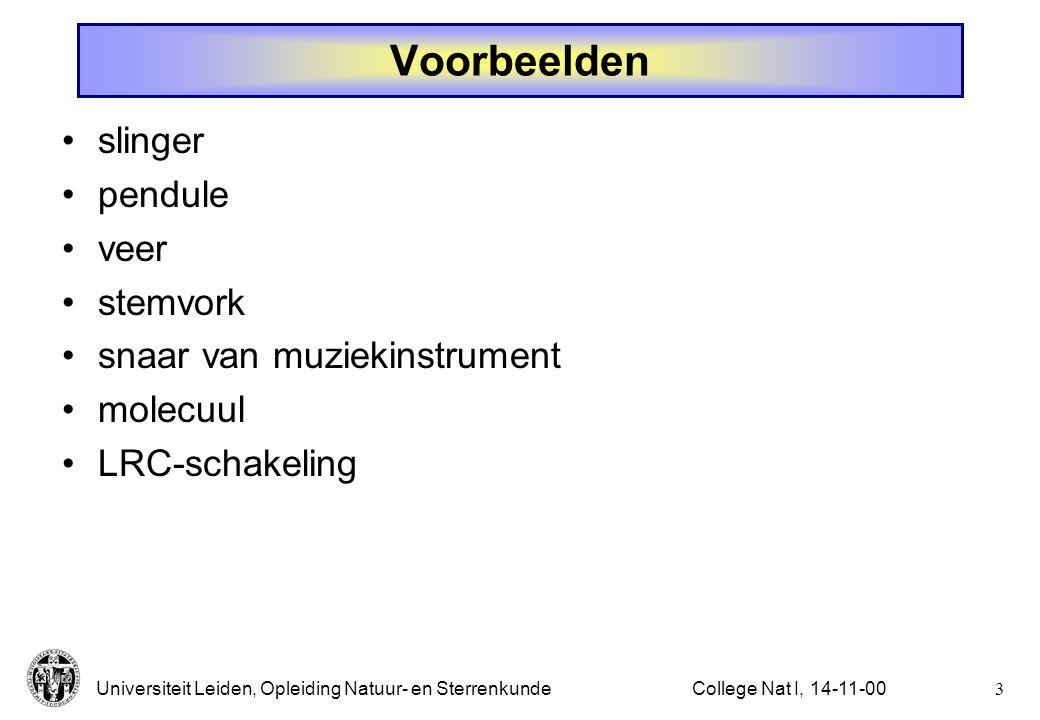 Universiteit Leiden, Opleiding Natuur- en Sterrenkunde2College Nat I, 14-11-00 Harmonische beweging trilling, of oscillatie, of periodieke beweging item altijd geassociëerd met verplaatsing uit (stabiel) evenwicht in evenwichtspositie wordt geen netto kracht uitgeoefend (anders is er geen sprake van evenwicht) kracht is evenredig met, en tegengesteld aan uitwijking (alleen dan spreken we van een harmonische kracht) frequentie is onafhankelijk van de amplitude