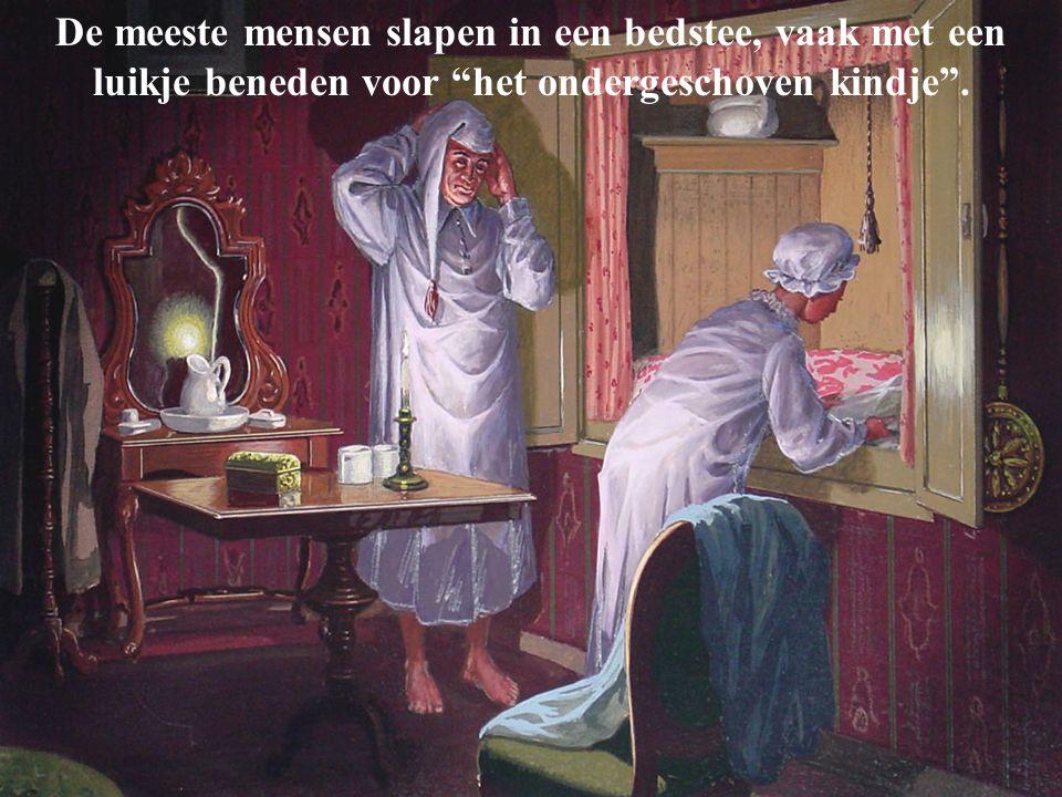 """De meeste mensen slapen in een bedstee, vaak met een luikje beneden voor """"het ondergeschoven kindje""""."""