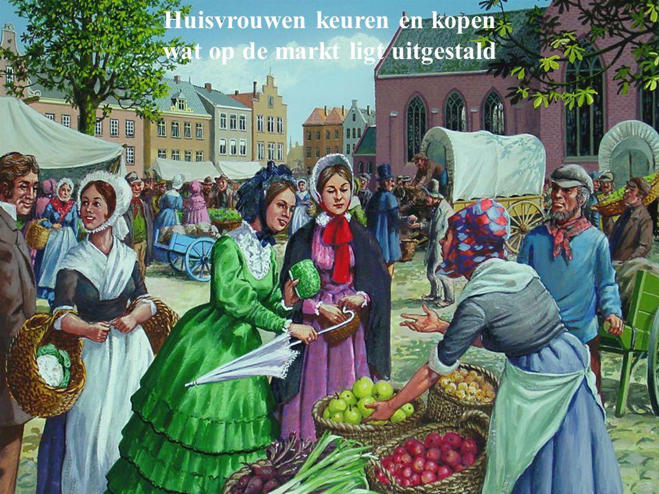 Huisvrouwen keuren en kopen wat op de markt ligt uitgestald