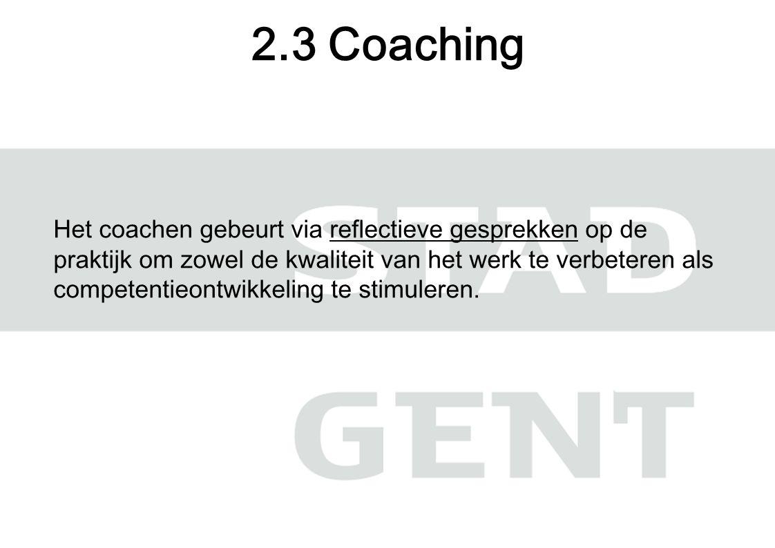 Het coachen gebeurt via reflectieve gesprekken op de praktijk om zowel de kwaliteit van het werk te verbeteren als competentieontwikkeling te stimuleren.