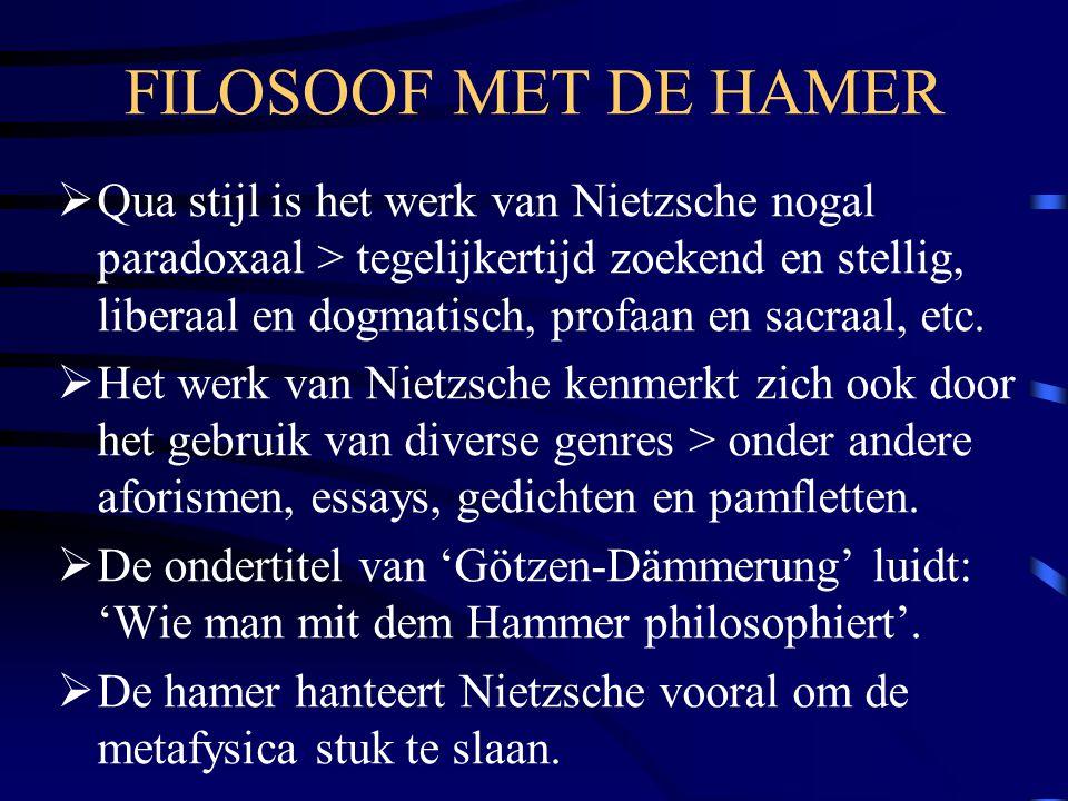 FILOSOOF MET DE HAMER  Qua stijl is het werk van Nietzsche nogal paradoxaal > tegelijkertijd zoekend en stellig, liberaal en dogmatisch, profaan en s