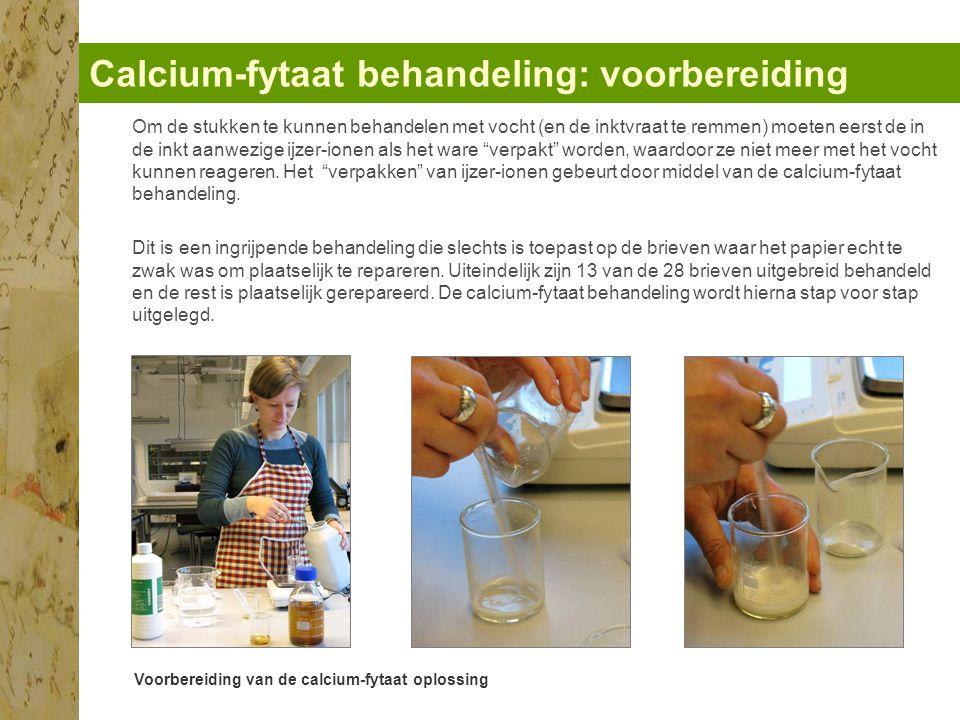 Calcium-fytaat behandeling: voorbereiding Voorbereiding van de calcium-fytaat oplossing Om de stukken te kunnen behandelen met vocht (en de inktvraat te remmen) moeten eerst de in de inkt aanwezige ijzer-ionen als het ware verpakt worden, waardoor ze niet meer met het vocht kunnen reageren.