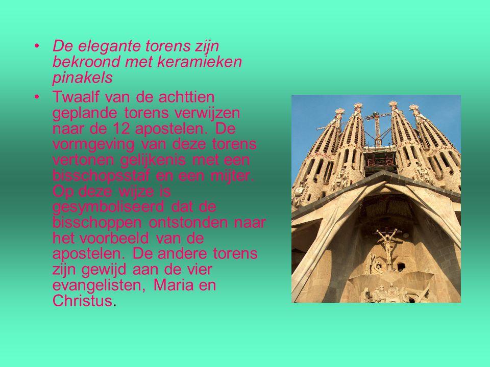 De elegante torens zijn bekroond met keramieken pinakels Twaalf van de achttien geplande torens verwijzen naar de 12 apostelen. De vormgeving van deze