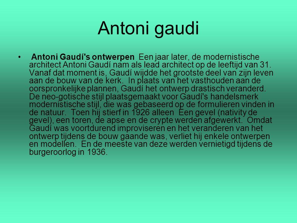 Antoni gaudi Antoni Gaudí's ontwerpen Een jaar later, de modernistische architect Antoni Gaudí nam als lead architect op de leeftijd van 31. Vanaf dat