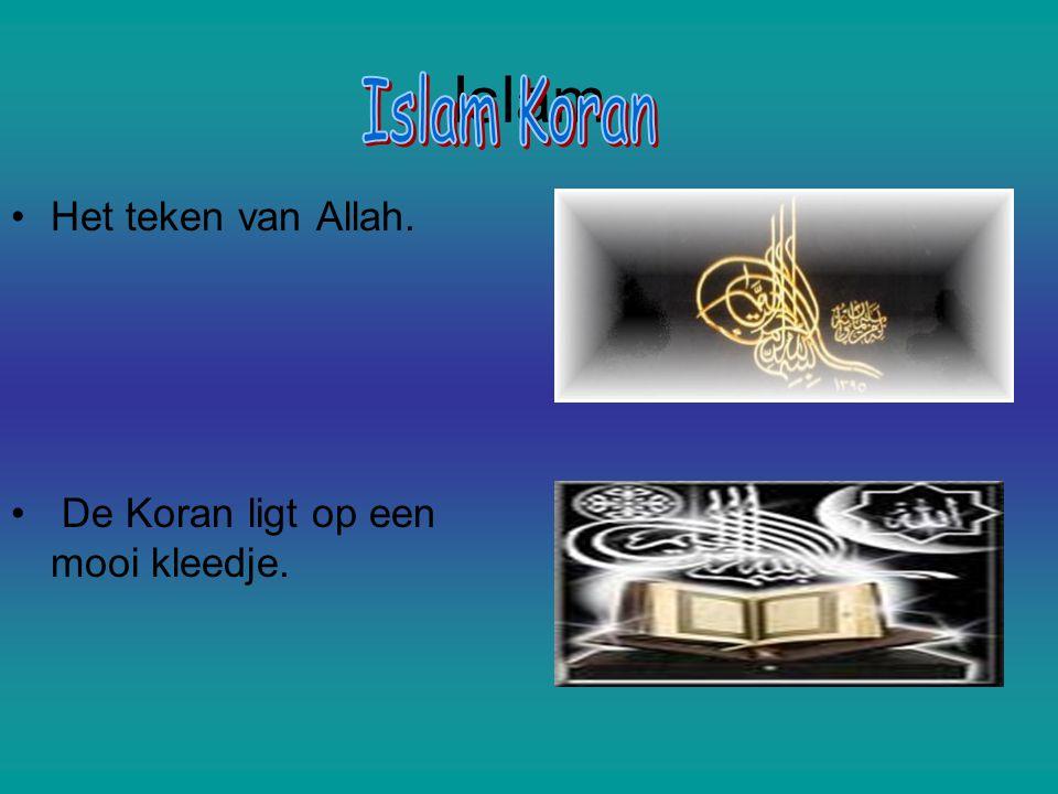 Islam Het teken van Allah. De Koran ligt op een mooi kleedje.