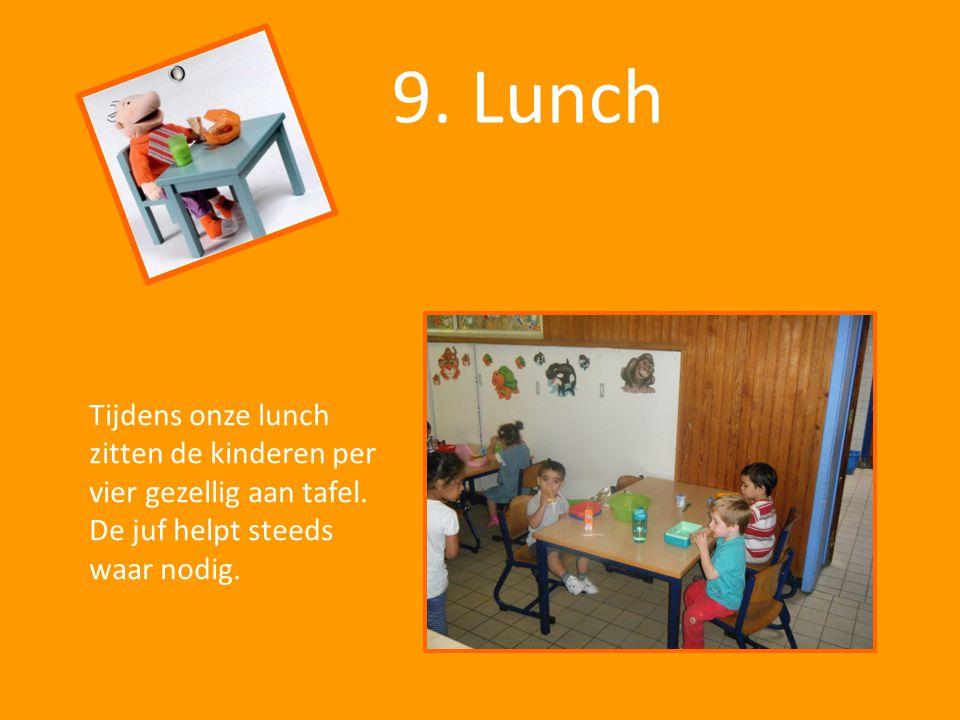 9. Lunch Tijdens onze lunch zitten de kinderen per vier gezellig aan tafel. De juf helpt steeds waar nodig.