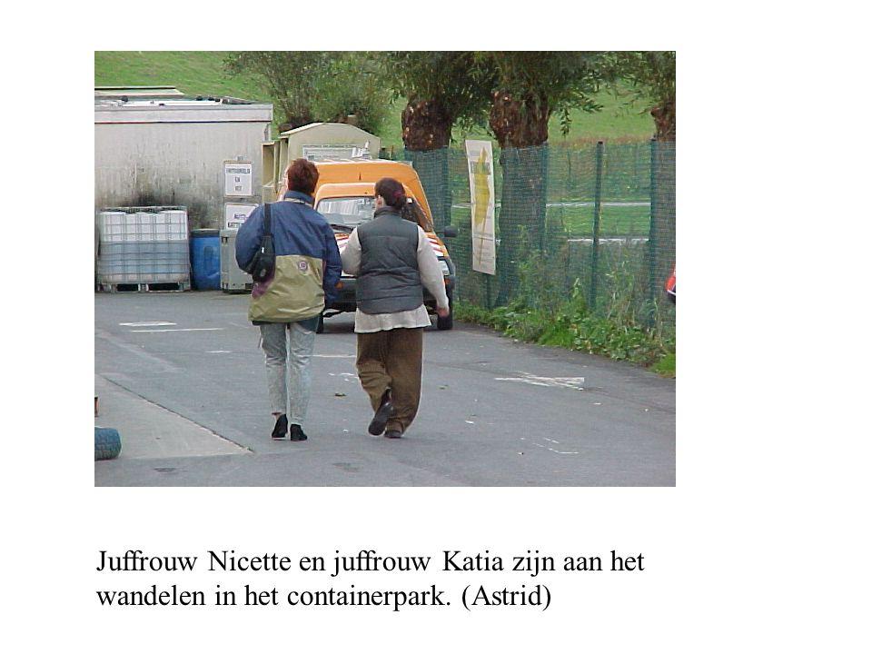 Juffrouw Nicette en juffrouw Katia zijn aan het wandelen in het containerpark. (Astrid)