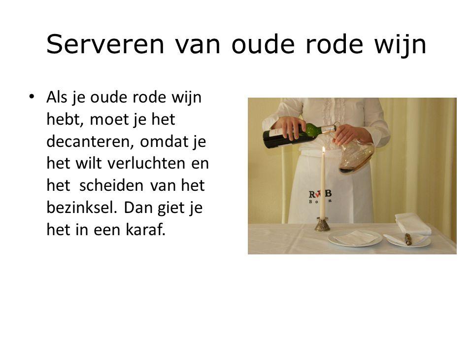 Serveren van oude rode wijn Als je oude rode wijn hebt, moet je het decanteren, omdat je het wilt verluchten en het scheiden van het bezinksel. Dan gi