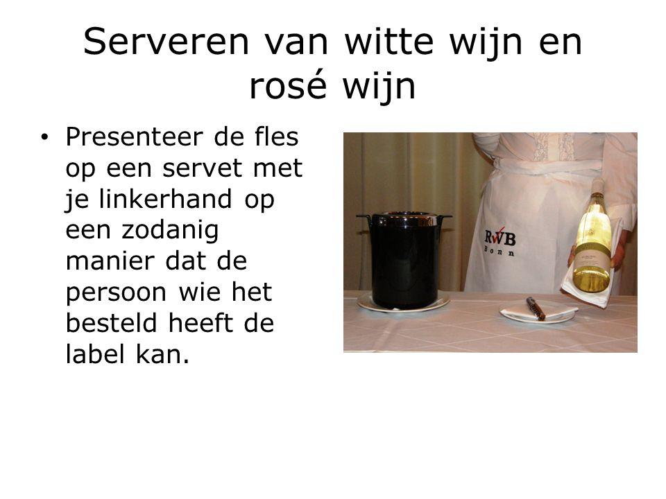 Serveren van witte wijn en rosé wijn Presenteer de fles op een servet met je linkerhand op een zodanig manier dat de persoon wie het besteld heeft de