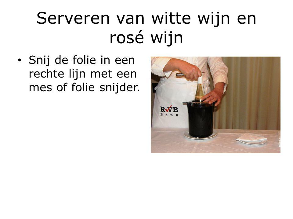 Serveren van witte wijn en rosé wijn Open de fles met een kurkentrekker of kelners vriend, door voorzicht te zijn om te vermijden dat de kurk in de fles valt.