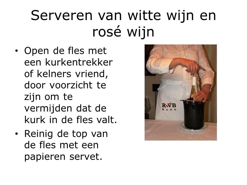 Serveren van witte wijn en rosé wijn Presenteer de kurk aan de gast.