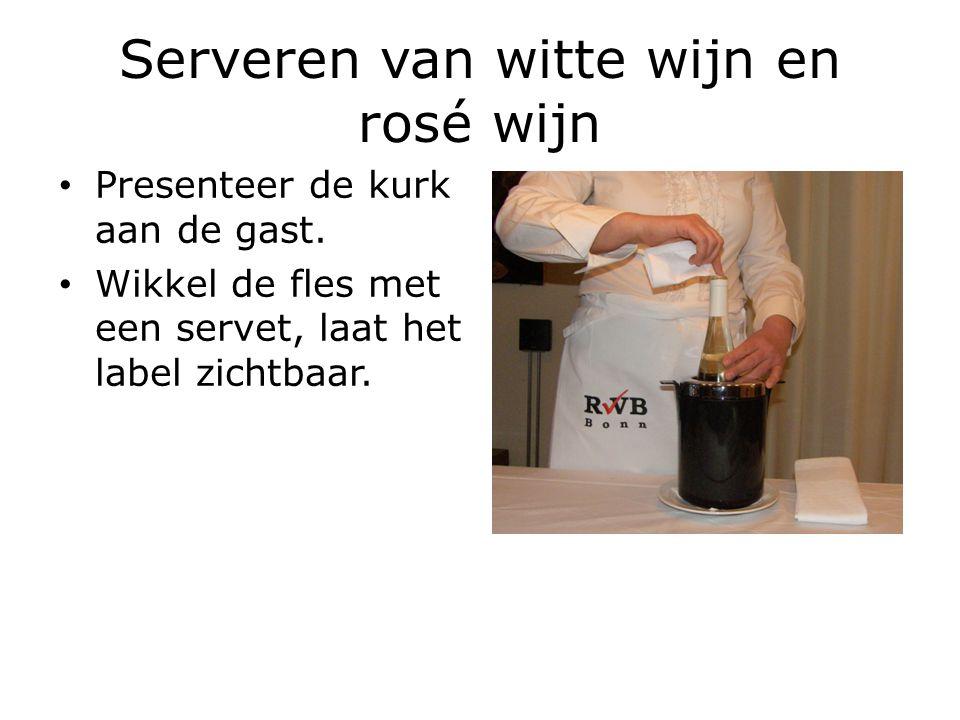 Serveren van witte wijn en rosé wijn Presenteer de kurk aan de gast. Wikkel de fles met een servet, laat het label zichtbaar.