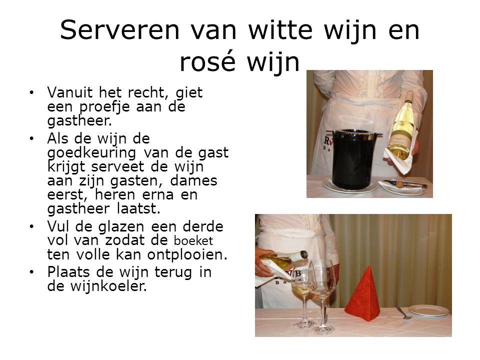 Serveren van witte wijn en rosé wijn Vanuit het recht, giet een proefje aan de gastheer. Als de wijn de goedkeuring van de gast krijgt serveet de wijn