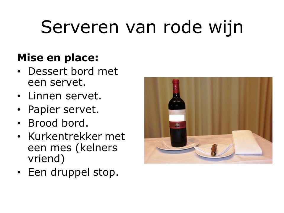 Serveren van rode wijn Mise en place: Dessert bord met een servet. Linnen servet. Papier servet. Brood bord. Kurkentrekker met een mes (kelners vriend