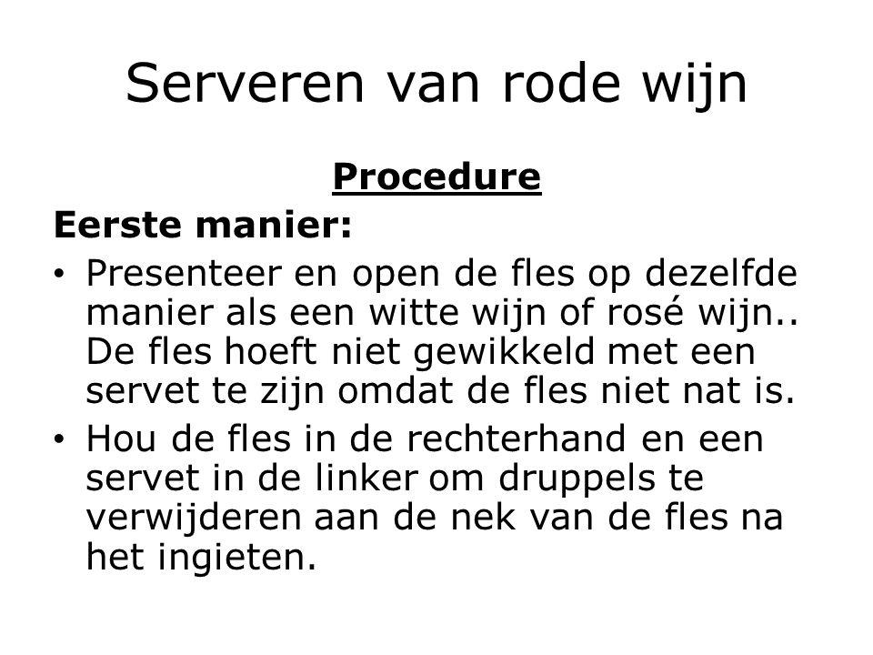 Serveren van rode wijn Procedure Eerste manier: Presenteer en open de fles op dezelfde manier als een witte wijn of rosé wijn.. De fles hoeft niet gew
