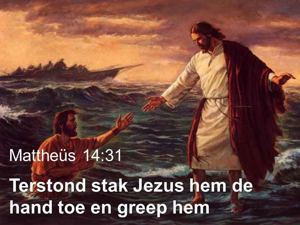 Mattheüs 14:31 Terstond stak Jezus hem de hand toe en greep hem