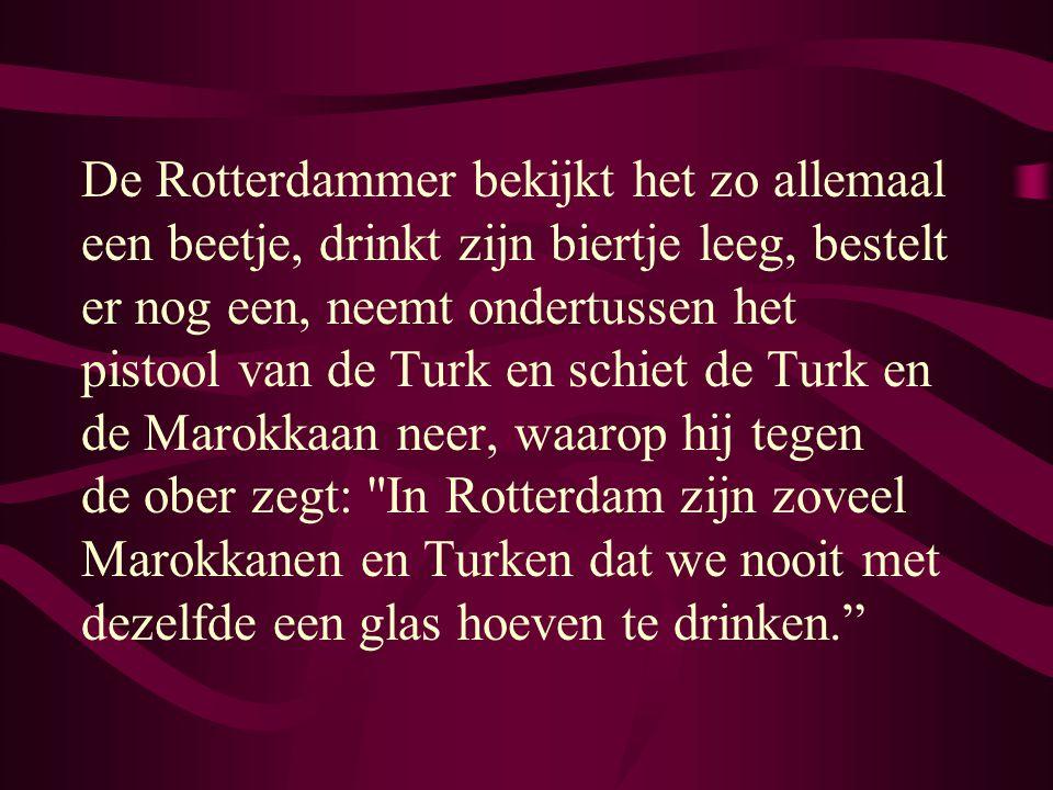 De Marokkaan, zichtbaar onder de indruk, drinkt op zijn beurt zijn glas leeg, werpt het in de lucht, steelt de Turk zijn pistool uit zijn jas en schie